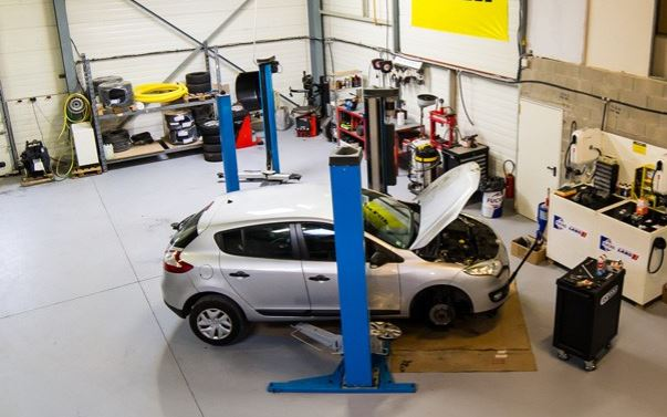 Мастерская по ремонту машин на Лазурном берегу Франции.