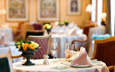 Величественный ресторан на правом берегу в Женеве, Швейцария.