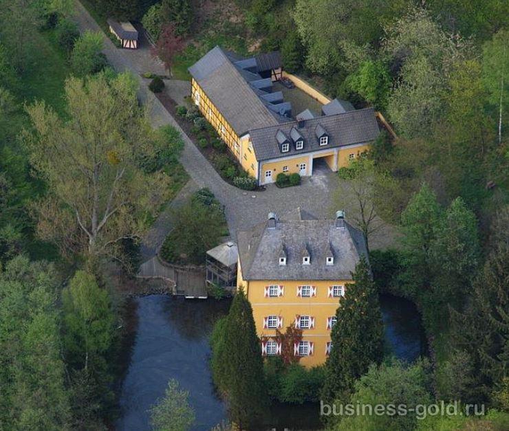 Исторический замок в живописном месте, Германия